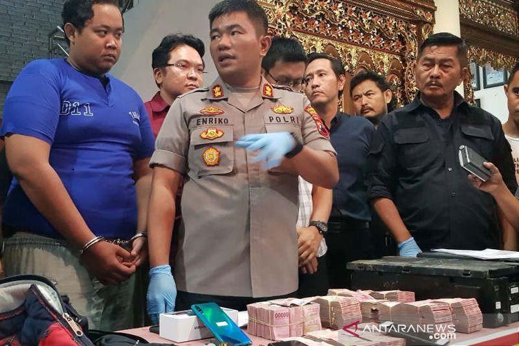 Wakapolrestabes Semarang AKBP Enriko Silalahi menjelaskan peristiwa pembobolan mesin ATM Bank Mandiri yang merugikan Rp707 juta di Semarang, Kamis.