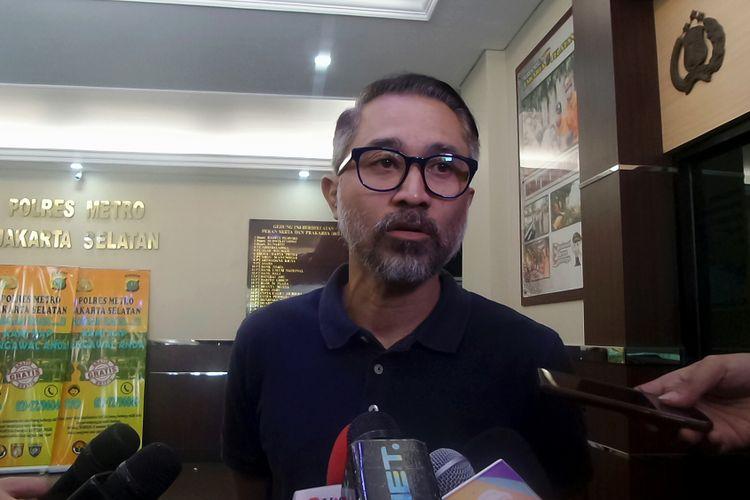 Artis peran Lukman Sardi usai menjenguk Tora Sudiro di Polres Metro Jakarta Selatan, Jumat (4/8/2017).