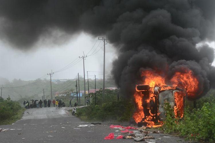 Aksi unjuk rasa yang dilakukan ratusan gabungan mahasiswa Kota Baubau,Sulawesi Tenggara, di kantor DRPD Baubau ricuh, Jumat (9/10/2020). Satu unit mobil milik pemerintah daerah dibakar massa dan dua orang mahasiswa terluka serta satu anggota polri terluka kena lemparan batu.