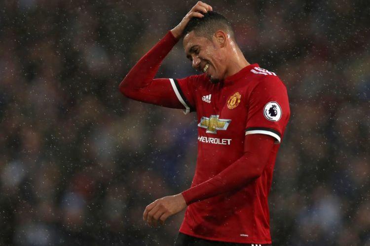 Bek Manchester United Chris Smalling tampak kecewa setelah timnya kalah dari Huddersfield Town, Sabtu (21/10/2017).
