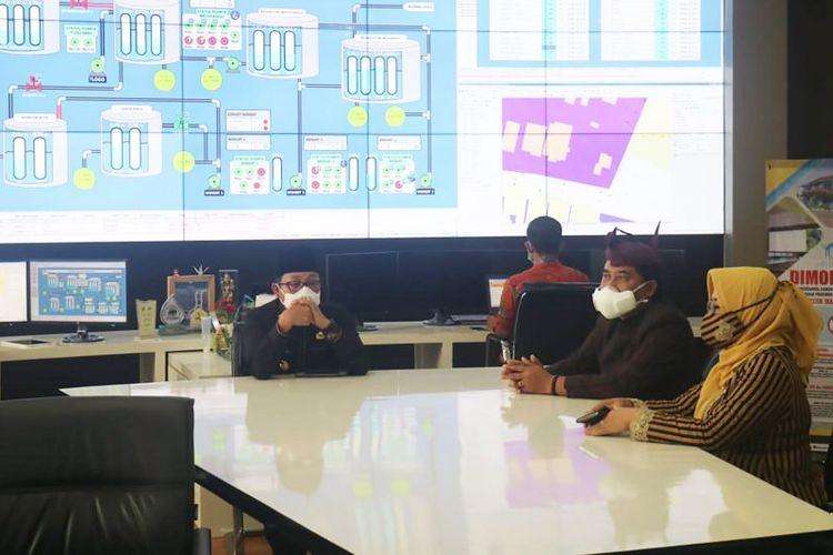 Wali Kota Malang Sutiaji (kiri) saat melakukan pembicaraan dengan Direktur Utama Perumda Tugu Tirta Kota Malang M Nor Muhlas (kedua kanan), di Kota Malang, Jawa Timur, Kamis (19/11/2020).