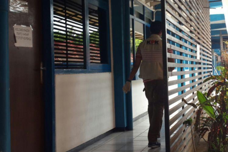 Salah satu penyidik Komisi Pemberantasan Korupsi (KPK) saat menggeledah kantor Badan Pengelolaan Keuangan dan Aset Daerah (BPKAD) Kabupaten Malang, Selasa (9/10/2018).