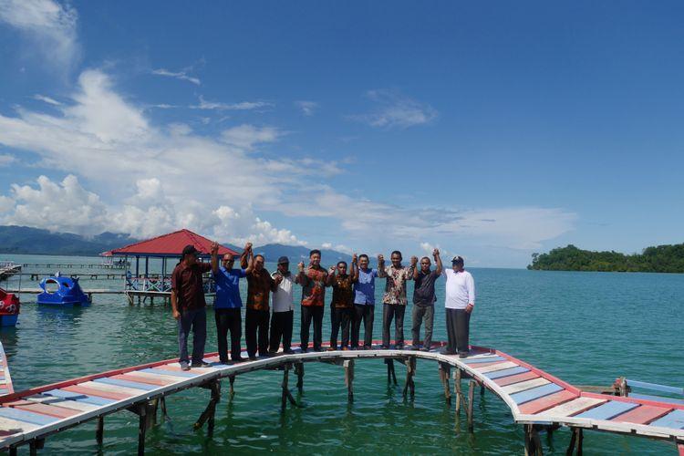 Jajaran Pemerintah Daerah (Pemda) Kabupaten Kepulauan Sula saat berada di Pulau Kucing, merupakan salah satu obyek wisata di Desa Fukweu, Kecamatan Sanana Utara, Kepulauan Sula, Maluku Utara, Sabtu (14/4/2018).