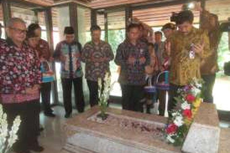 Wakil Gubernur DKI Jakarta Djarot Saiful Hidayat saat menaruh karangan bunga dan berdoa di makam Mohamad Hatta, dalam acara peringatan 114 tahun hari lahir Hatta di makamnya, di Tanah Kusir, Jakarta Selatan, Jumat (12/8/2016).