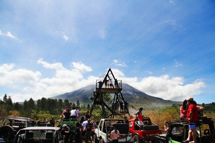 Aktivitas jeep di Jurang Jero di area Taman Nasional Gunung Merapi.