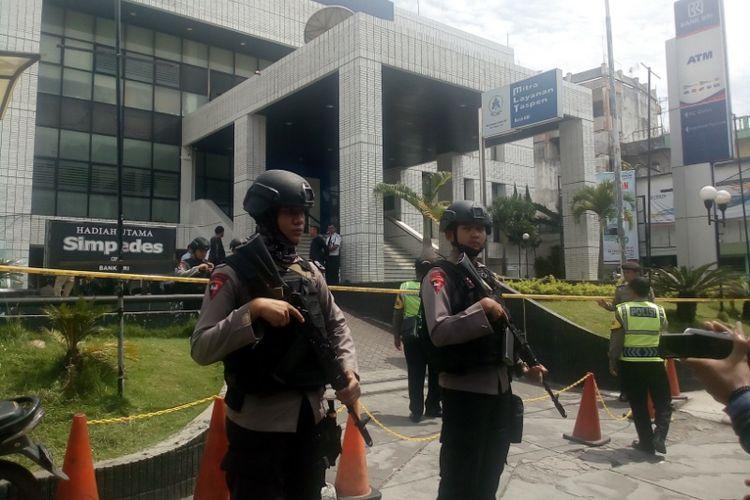 Aparat keamanan bersenjata lengkap langsung melakukan penjagaan di depan kantor BRI Garut, Rabu (14/2/2018)