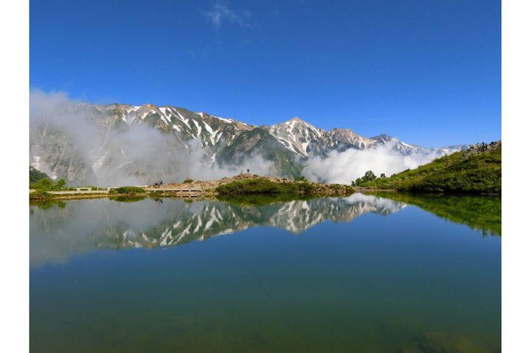 Pemandangan Shirouma Sanzan yang tercermin di Danau Happo