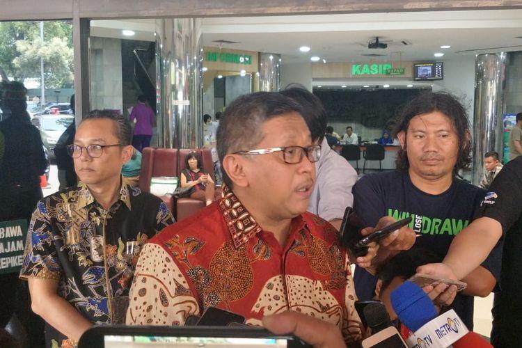 Sekretaris Jenderal Partai Demokrasi Perjuangan Indonesia (PDIP), Hasto Kristiyanto menjenguk Menteri Koordinator bidang Politik, Hukum, dan Keamanan, Wiranto di RSPAD Gatot Subroto, Jakarta Pusat, Senin (14/10/2019) hari ini.