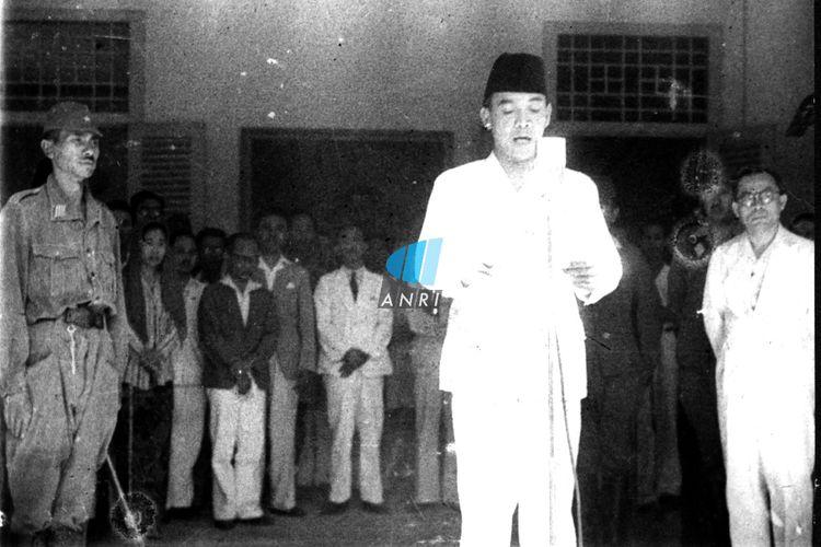 Suasana saat pembacaan teks proklamasi kemerdekaan Republik Indonesia di rumah Soekarno di Jalan Pegangsaan Timur Nomor 56, Jakarta (sekarang Jalan Proklamasi Nomor 5, Jakarta Pusat) pada 17 Agustus 1945.