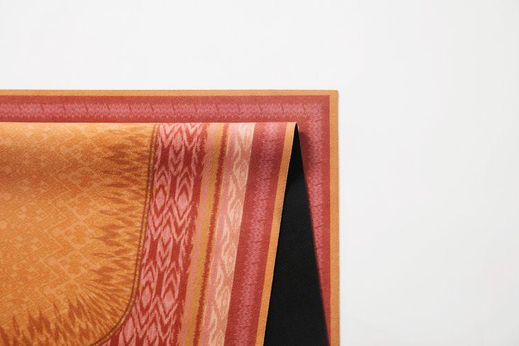 Andjani, salah satu sajadah dari tiga koleksi kolaborasi IKAT Indonesia by Didiet Maulana X Lasouk.