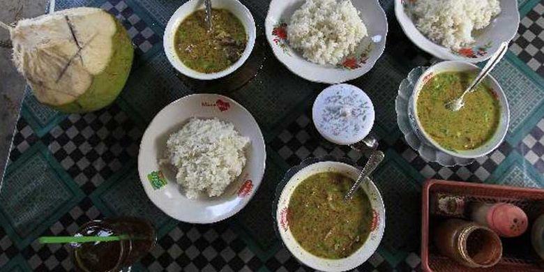Hidangan empal gentong di sebuah warung makan milik di Jalan Raya Indramayu - Cirebon, Eretan, Kabupaten Indramayu, Jawa Barat. Empal gentong adalah kuliner berupa daging sapi dengan kuah yang merupakan makanan khas setempat yang bisa didapat di sepanjang jalur pantai utara dari Indramayu menuju Cirebon.