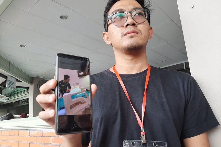 Endi Yogananta saat menunjukan foto  kondisi istrinya yang masih dirawat di RS PKU Muhammadiyah Yogyakarta.