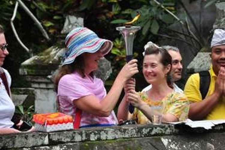 Pengunjung menerima obor perdamaian pada acara Srawung Cipta Seni Sembah di Gianyar, Bali, Sabtu (31/1/2015).