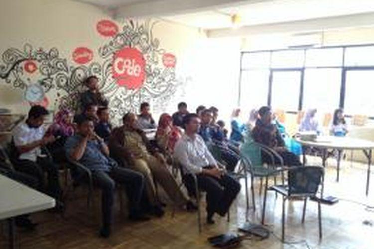 Suasana diskusi Smart City lintas kota -- antara Depok, Bandung dan Chicago -- yang diadakan di Code Margonda, Depok, Rabu (12/11/2014).