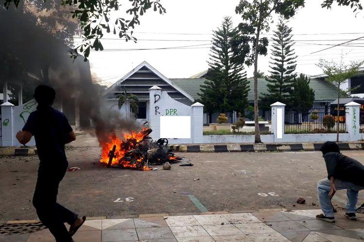 Aksi massa menolak undang-undang omnibus Law di Palopo berakhir ricuh, massa membakar 4 unit kendaraan roda dua, Kamis (08/10/2020)