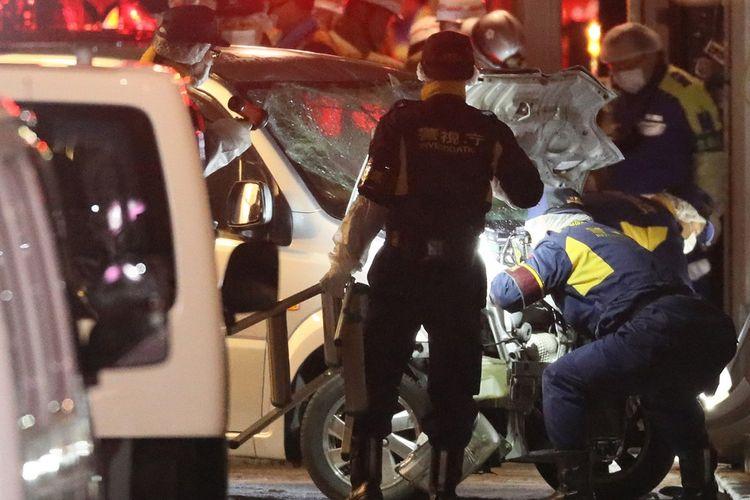 Polisi menyelidiki sebuah mobil yang menabrak kerumunan di Tokyo, Jepang, saat momen Malam Tahun Baru (1/1/2019). Sembilan orang dilaporkan terluka atas insiden tersebut.