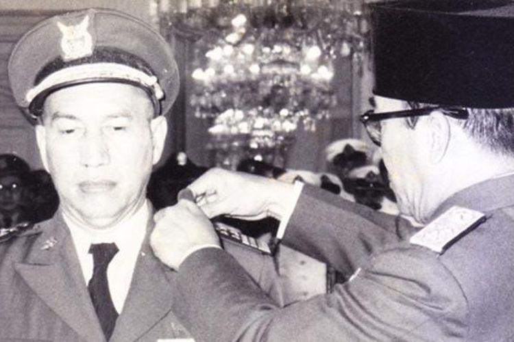 KSAU Marsekal Suryadarma dalam upacara pelantikan olrh Bung Karno, bersama KSAD Jenderal Nasution di Istana Negara tahun 1952.