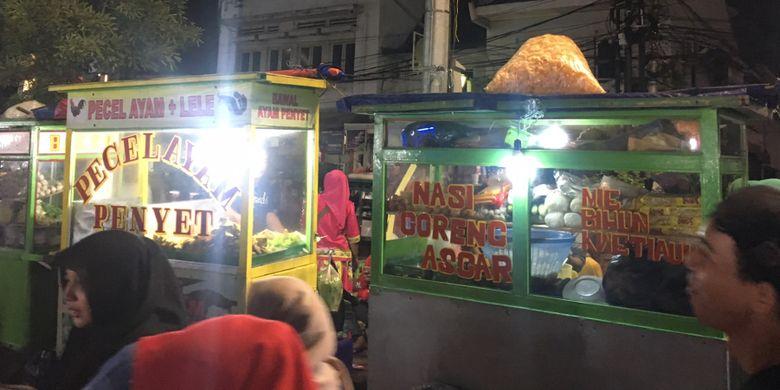Kuliner nasi goreng yang ada di kawasan kota tua Jakarta saat malam tahun baru, Minggu (31/12/2017).