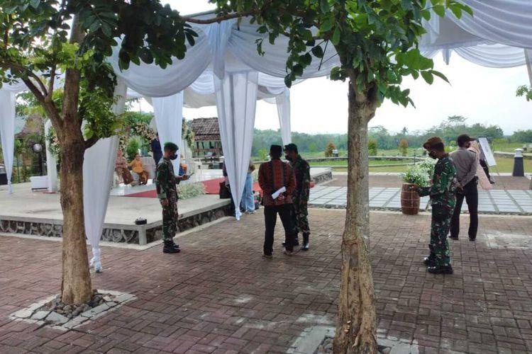 Petugas Satgas Penanganan Covid-19 menghentikan resepsi pernikahan yang digelar warga di Balai Ekonomi Desa (Balkondes) Ngadiharjo, Kecamatan Borobudur, Kabupaten Magelang, Jawa Tengah, Sabtu (10/7/2021).