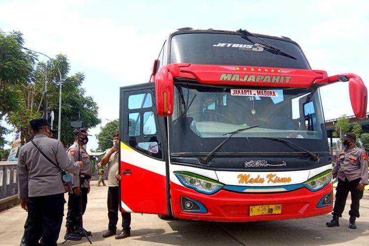 Petugas gabungan lakukan pemeriksaan terhadap bus yang melewati Jalur Pantura di Rembang, Kamis (6/5/2021)