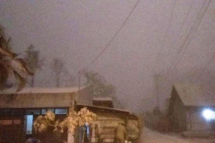 Luncuran awan panas turun menutupi pancaran sinar matahari ke beberapa desa di kaki Gunung Sinabung sehingga membuat gelap gulita seperti malam hari, Senin (19/2/2018).