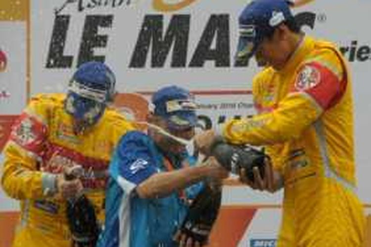 Sean Gelael merayakan kemenangan Jagonya Ayam with Eurasia pada seri terakhir Asian Le Mans Series 2016 di Sirkuit Sepang, Malaysia, Minggu (24/1/2016).