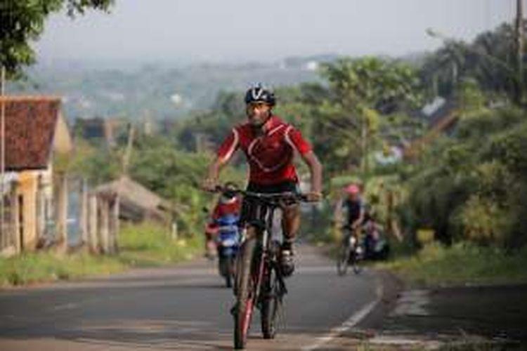 Pebalap Indonesia, Imanuel Putra Pratna, berlatih sepeda di kawasan Sentul, Kamis (1/9/2016).