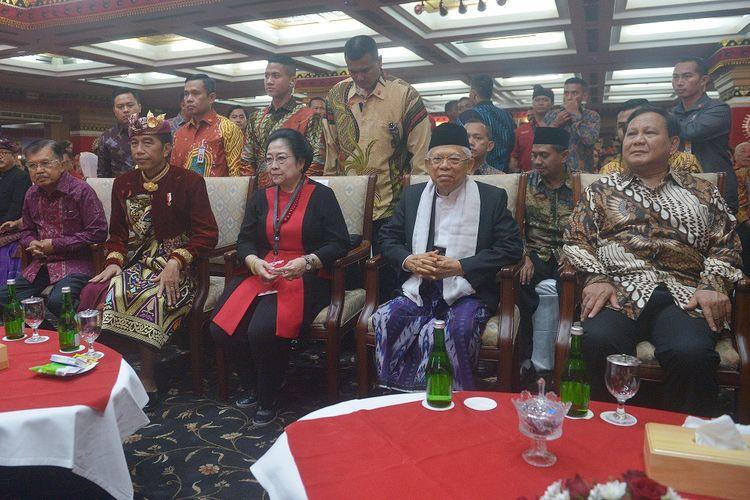 Presiden Joko Widodo (kedua kiri) bersama Wakil Presiden Yusuf Kalla (kiri), Ketua Umum DPP PDIP Megawati Soekarnoputri (ketiga kiri), Wakil Presiden terpilih Maruf Amin (kedua kanan) dan Ketua Umum Partai Gerindra Prabowo Subianto, hadir pada pembukaan Kongres V PDIP di Sanur, Bali, Kamis (8/8/2019). Kongres V PDIP yang berlangsung 8-11 Agustus 2019 tersebut dihadiri sekitar 2.170 peserta dari 514 Dewan Pimpinan Cabang (DPC), 34 Dewan Pimpinan Daerah (DPD), para pengamat dan sejumlah pimpinan partai politik. ANTARA FOTO/Nyoman Budhiana/ama.