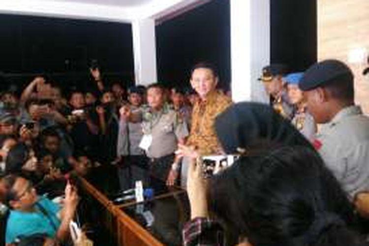 Terdakwa kasus dugaan penodaan agama, Basuki Tjahaja Purnama selesai menjalani sidang di Auditorium Kementerian Pertanian, Jakarta Selatan, Selasa (3/1/2017) malam.