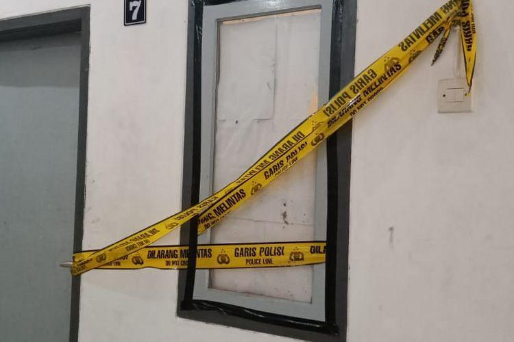 Rumah kos korban yang ditemukan meninggal dunia dipasang police line oleh Polsek Sumbersari Jember