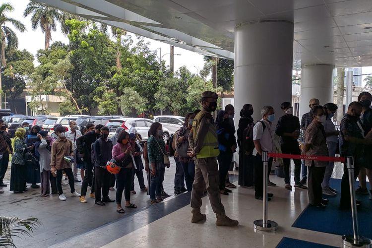 Antrean pengunjung di Posko PPDB Dinas Pendidikan DKI Jakarta, Jumat (11/6/2021) siang.