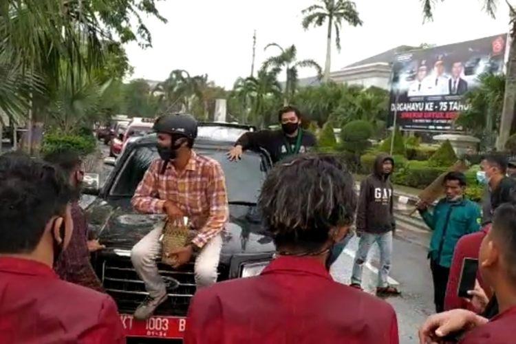 Aksi mahasiswa saat menghadang mobil plat merah yang melintas di Jalan Gajah Mada, Samarinda, Selasa (6/10/2020).