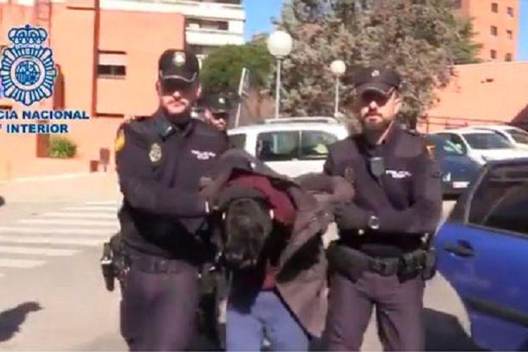 Alberto Sanchez Gomez ketika digelandang Polisi Madrid, Spanyol. Sanchez disebut telah membunuh dan memakan daging ibunya sendiri.