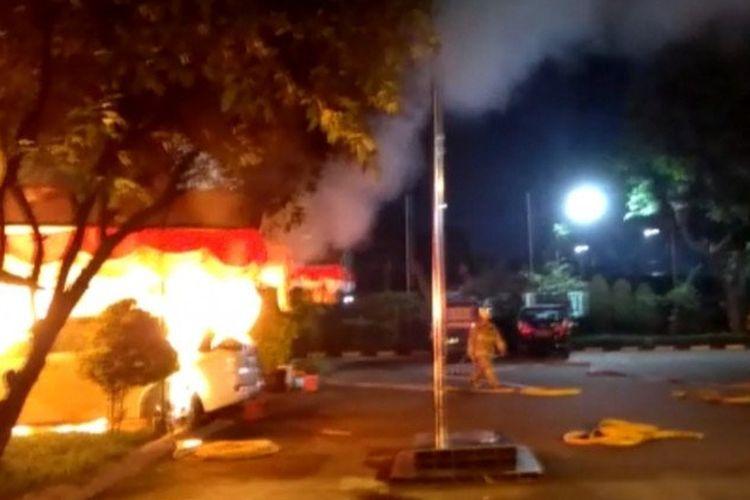 Tangkapan layar fasilitas kerja di Mapolsek Ciracas, Jalan Raya Bogor, Jakarta Timur, terbakar, Sabtu (29/8/2020).