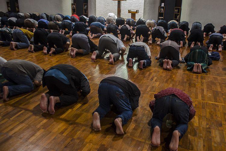 Jemaah melaksakanan shalat di Masjid Salman ITB, Bandung, Jawa Barat (17/3/2020). Pengurus Masjid Salman ITB menerapkan pemberian jarak 15 cm hingga 30 cm antarjamaah dalam saf (barisan) pada setiap salat lima waktu guna meminimalisir dan mencegah penyebaran Virus Corona atau COVID-19.