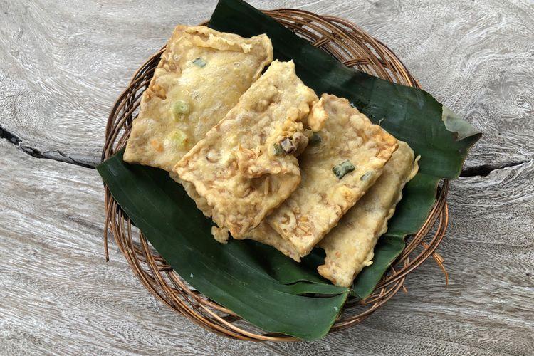 Tempe Mendoan, kuliner khas Banyumas tempe tipis dilapisi adonan tepung lalu digoreng.