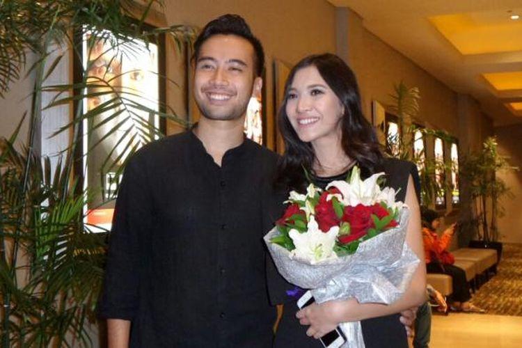 Vokalis Vidi Aldiano dan sang kekasih, Sheila Dara Aisha saat diabadikan di gala premiere filn Sabtu Bersama Bapak, Jumat (1/7/2016).