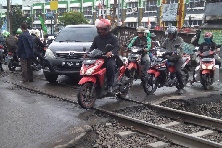 Kondisi jalan di perlintasan kereta api Volvo, Pasar Minggu, Rabu (20/12/2017)