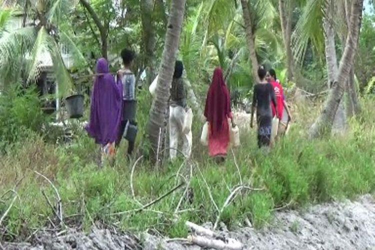 Warga terpencil di Pulau Battoa kecamatan Binuang Polewali Mandar sulawesi barat minta bantuan pdam dan sumur bor kepada pemerintah setempat untuk mengatasi krisis air bersih yang dialami setiap musim kemarau di pulau ini.