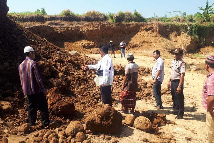 Polisi menunjukkan lokasi tewasnya penambang liar di galian C ilegal di Desa Damarjati, Kecamatan Kalinyamatan, Kabupaten Jepara, Jawa Tengah, Senin (22/7/2019).
