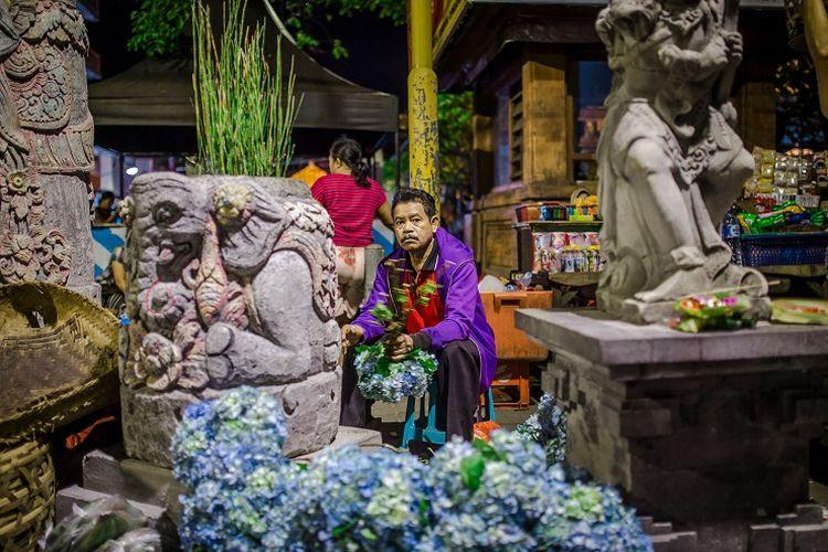 Ilustrasi: Seorang pedagang di Pasar Seni Kumbasari, Bali.