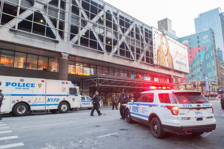 Polisi dan tim lainnya tiba di lokasi ledakan di Terminal Bus Pelabuhan dekat Times Square di New York, Senin (11/12/2017).