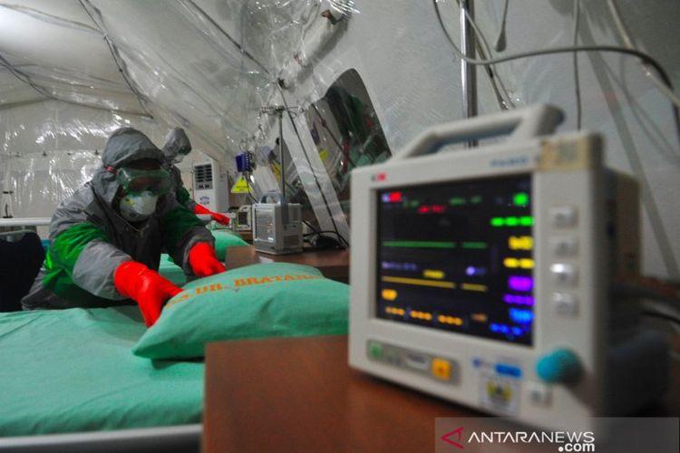 Anggota tim medis mengenakan atribut lengkap saat mengecek kesiapan alat di Tenda Isolasi Virus Corona (COVID-19), RS dr Bratanata, Denkesyah 02.04.02, Korem 042/Garuda Putih, Jambi, Senin (16/3/2020). ANTARA FOTO/Wahdi Septiawan.