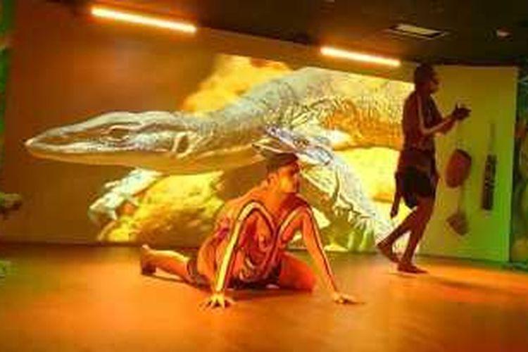Peter, salah satu warga suku Aborigin, yang sedang mempertontonkan cuplikan kebudayaan dalam sebuah pementasan (cultural live show) di Waradah Aboriginal Centre Theatre, Katoomba, New South Wales, Australia.
