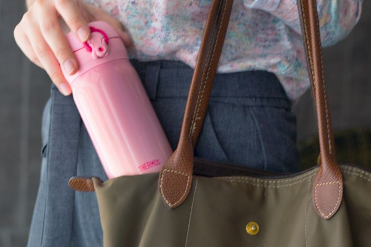 Membawa botol minuman sendiri bisa menjadi salah satu cara mengurangi sampah plastik.