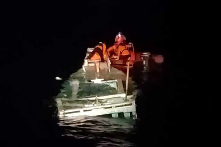 Sebuah kapal barang yang bertolak dari Kecamatan Batu Atas, Kabupaten Buton Selatan, Sulawesi Tenggara, dengan tujuan Sorong, Papua, ditemukan tenggelam di laut banda, Senin (13/9/2021).