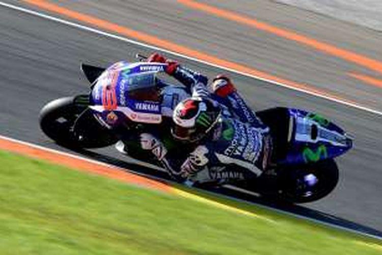 Pebalap Movistar Yamaha Team asal Spanyol, Jorge Lorenzo, mamacu motornya pada sesi latihan bebas ketiga GP Valencia di Sirkuit Ricardo Tormo, Sabtu (12/11/2016).