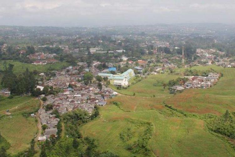 Kawasan Puncak di Cisarua, Kabupaten Bogor, Jawa Barat, daerah tangkapan air Sungai Ciliwung, semakin padat akibat perkembangan permukiman yang pesat seperti terlihat, Kamis (4/4/2013). Berdasar data Pusat Pengkajian, Perencanaan, dan Pengembangan Wilayah Institut Pertanian Bogor, kurun wakru 1990-2010, sebanyak 1.100 hektar hutan lebat dan belukar hilang, beralih fungsi di DAS Ciliwung hulu di Cisarua. Hal ini membuat potensi banjir Sungai Ciliwung di hilir semakin besar.
