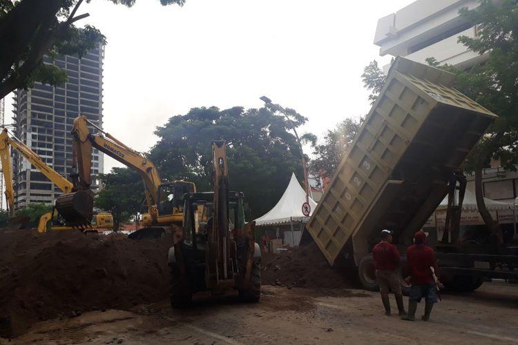 Aktivitas pengurukan jalan raya Gubeng Surabaya yang ambles, Jumat (21/12/2018)
