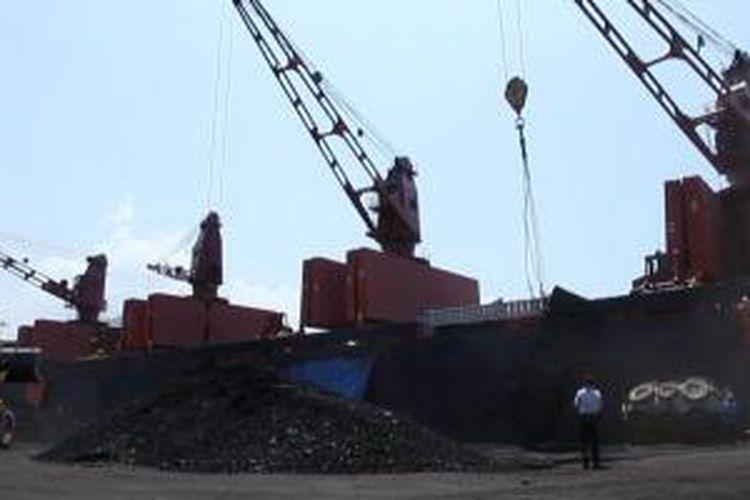 Pelabuhan Teluk Bayur di Sumbar.